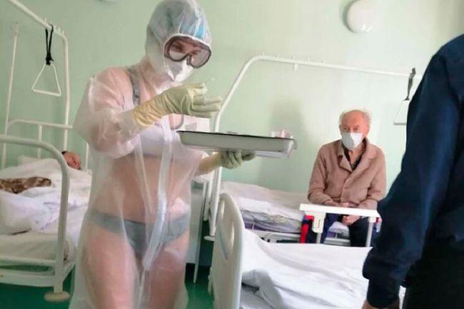 Una enfermera rusa, suspendida por llevar sólo ropa interior bajo un EPI transparente