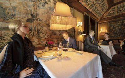 Maniquíes para mantener la distancia de seguridad en los restaurantes