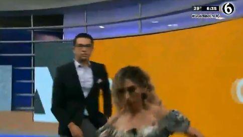La presentadora del Tiempo se cae en directo en un telediario y su compañero ni se inmuta