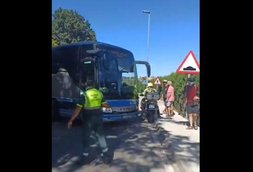 Un autobús atascado paraliza una carrera ciclista del campeonato de España