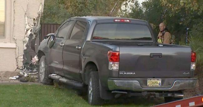 Un niño de seis años estrella la furgoneta contra la casa del vecino